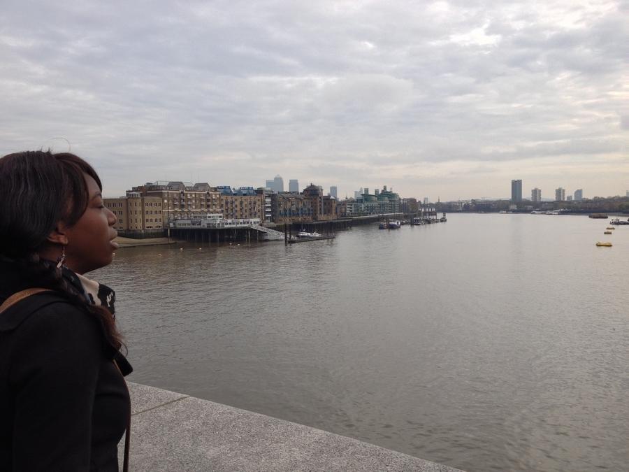 Nath sur le London Bridge - Londres, Angleterre
