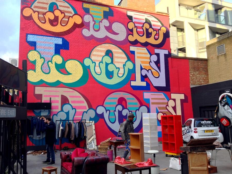 """Marché aux puces improvisé devant une fresque """"Old London"""" - Londres, Angleterre"""
