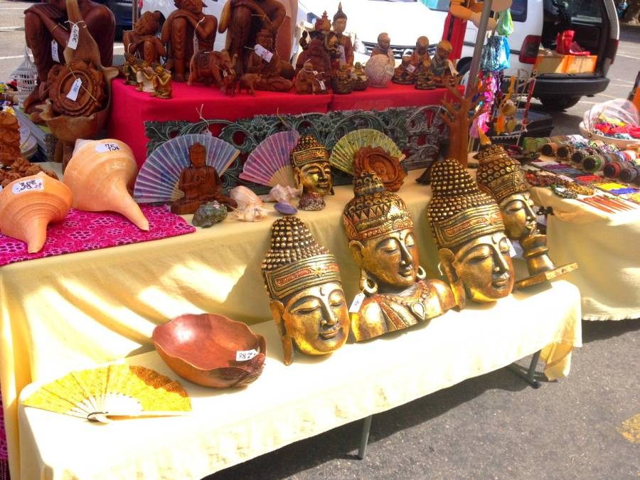 Des masques de Bouddha au marché - Saint-Hippolyte-du-Fort, France