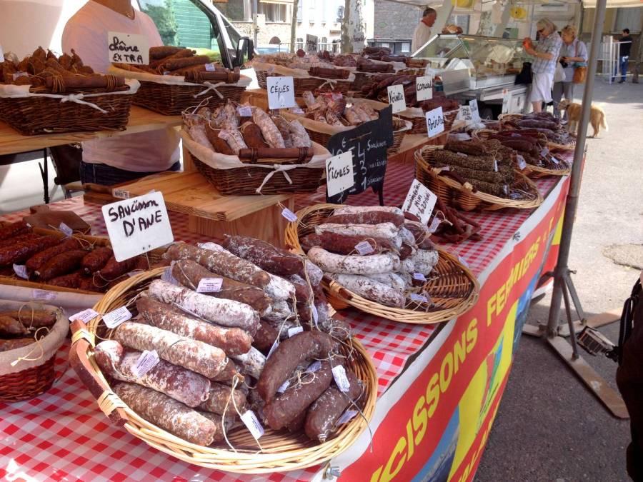 Etal de saucissons au marché - Saint-Hippolyte-du-Fort, France