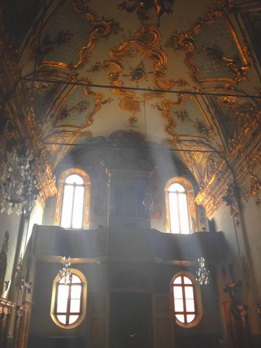 Jeu de lumière dans l'oratoire Ste Croix - Bastia, Corse
