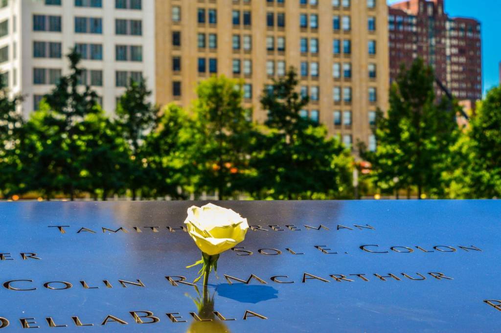 Un rose blanche au 9/11 Memorial - New York, Etats-Unis