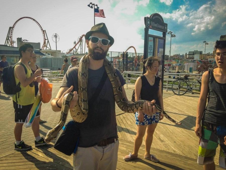 Séb avec un serpent autour du cou à Coney Island - New York, Etats-Unis