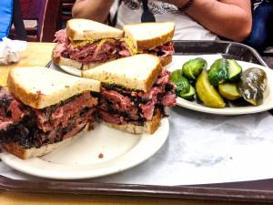 Délicieux sandwichs chez Kat'z Delicatessen - New York, Etats-Unis