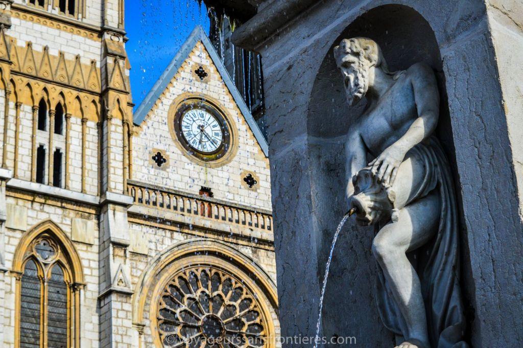 Sculpture d'un homme près de l'église Saint-Bruno - Voiron, France