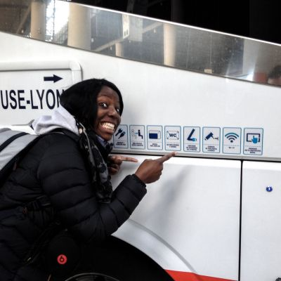 Nath devant un bus Eurolines - Séville, Espagne