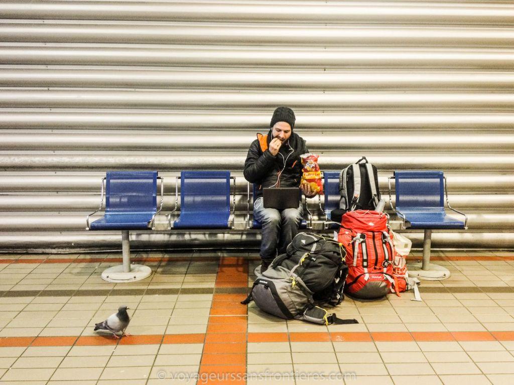 Séb en train d'attendre le bus en regardant une série - Lyon, France