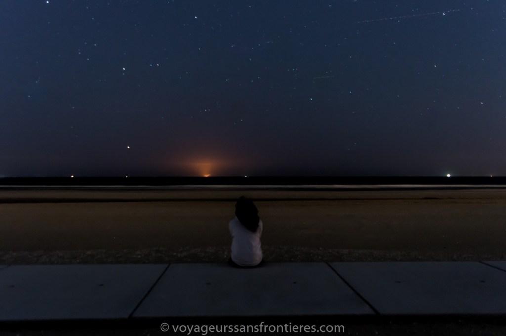 Nath qui observe les étoiles sur la plage de Kijkduin - La Haye, Pays-Bas