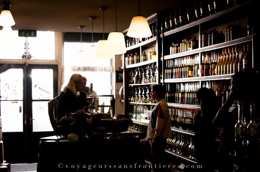 Fleur avec des clients dans la boutique Van Kleef - La Haye, Pays-Bas