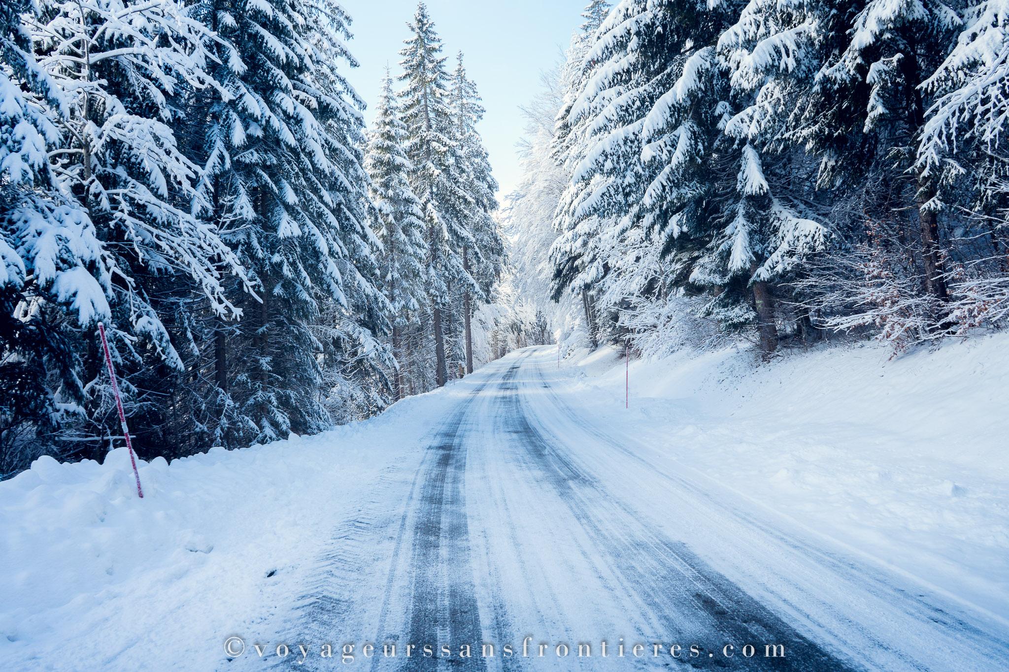 Route enneigée près du Mont Châteleu dans la vallée de la Brévine - Jura Trois Lacs, Suisse