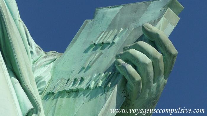 Zoom sur la tablette tenue dans la main gauche de la statue de la liberté