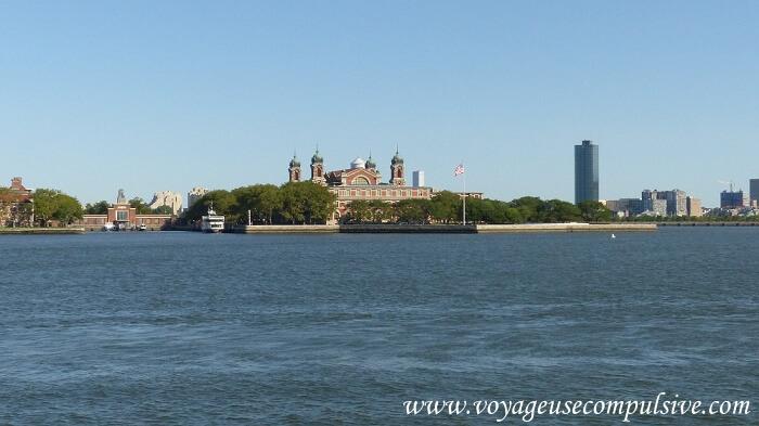 Vue sur Ellis Island depuis le bateau qui conduit à la statue de la liberté.