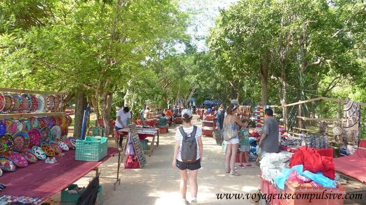 Les nombreux marchands de Chichen Itzá qui envahissent les allées du parc.