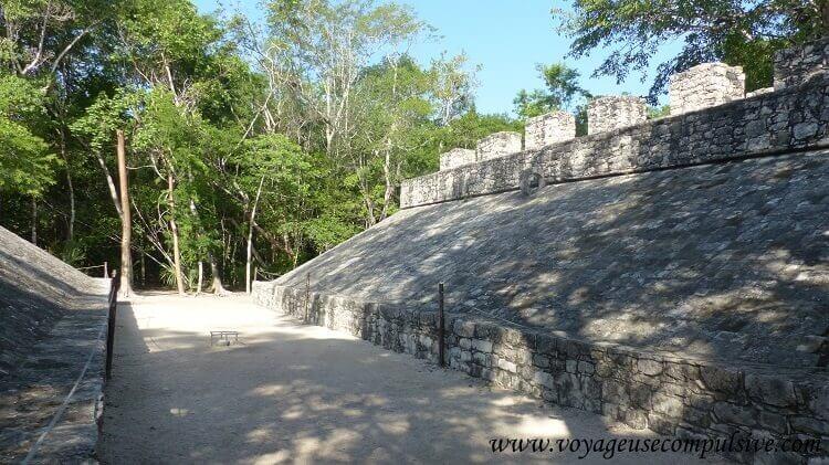 Vue sur le grand terrain de jeux de balle du site archéologique de Cobá.