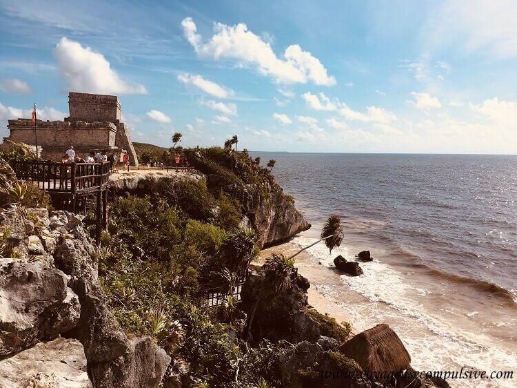 Vue sur la mer des Caraïbes depuis les falaises du site archéologique de Tulum.