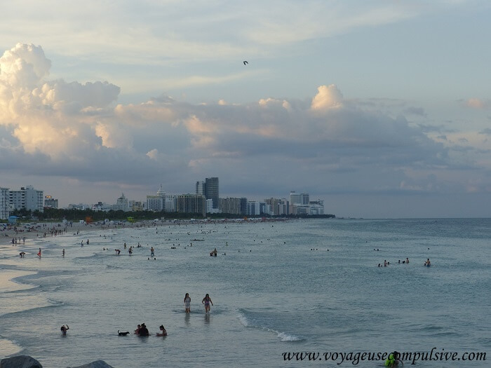 Vue sur la plage depuis South Pointe Park Pier de Miami Beach.