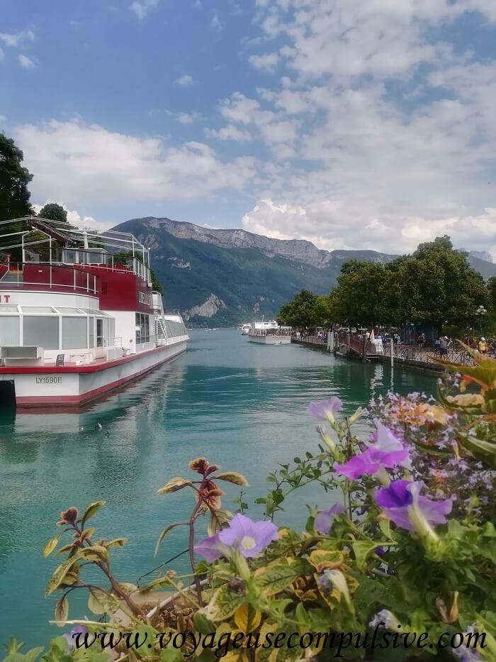 Vue sur l'un des bateaux de croisières sur e lac d'Annecy