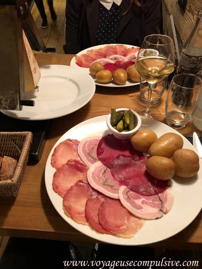 Assiette savoyarde au restaurant Le Chalet dans la vieille ville d'Annecy.