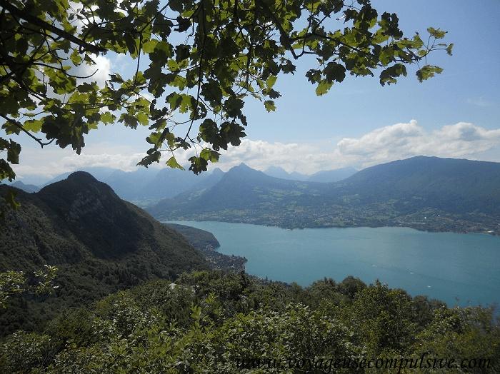 Vue sur le lac d'Annecy et les montagnes qui l'entourent, depuis le Mont Barron.