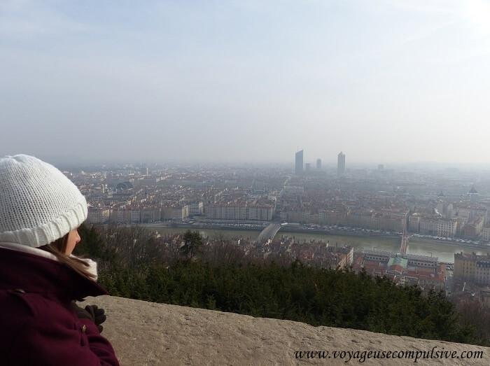 Vue sur la ville de Lyon depuis la cour de la Basilique Notre-Dame de Fourvière