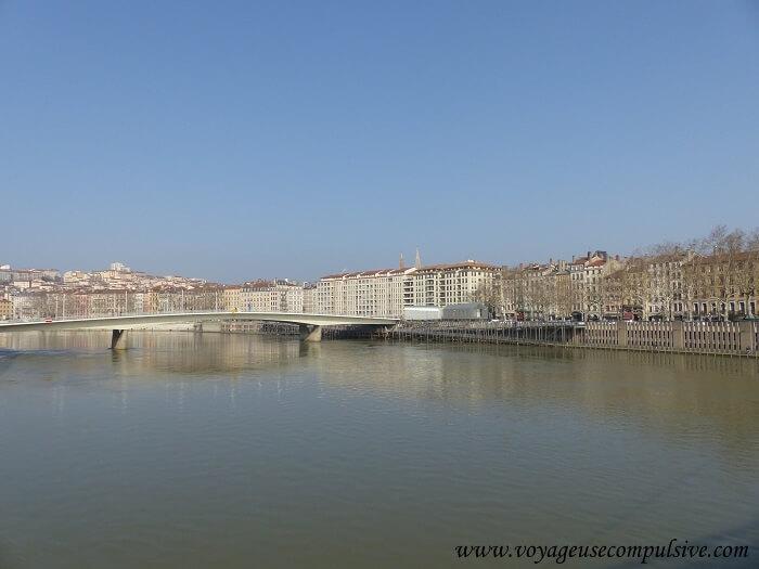 Vue sur la Saône et les quais, depuis la passerelle du palais de justice de Lyon