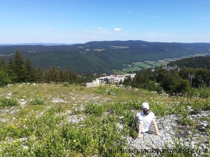 Vue sur la station du col de la Faucille au cours de l'ascension du Petit Montrond.