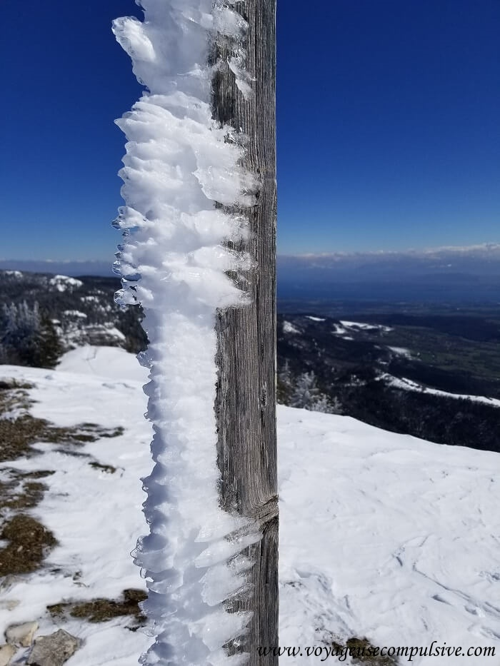 La neige glacée sur la pancarte du Petit Montrond qui culmine à 1 533 mètres d'altitude avec une vue sur le Mont-Blanc et Genève.
