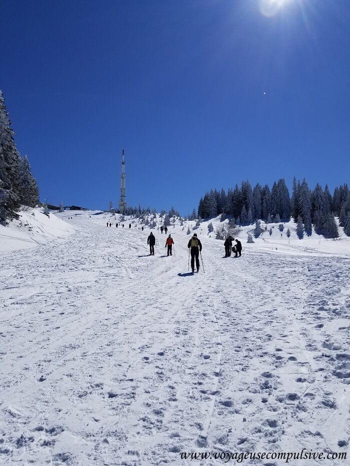 Vue sur les pistes de ski et l'émetteur du Montrond, lors de l'ascension du Petit Montrond dans le Pays de Gex.