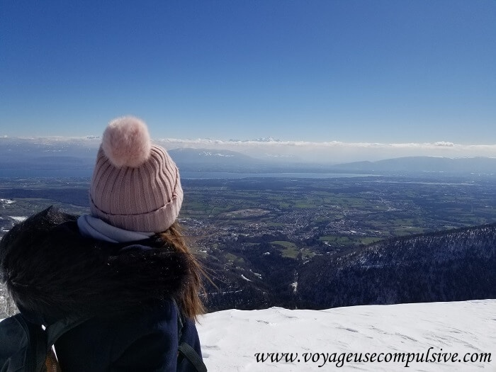 Vue sur le Mont-Blanc et le lac Léman depuis le sommet du Petit Montrond lors d'une randonnée en plein hiver.