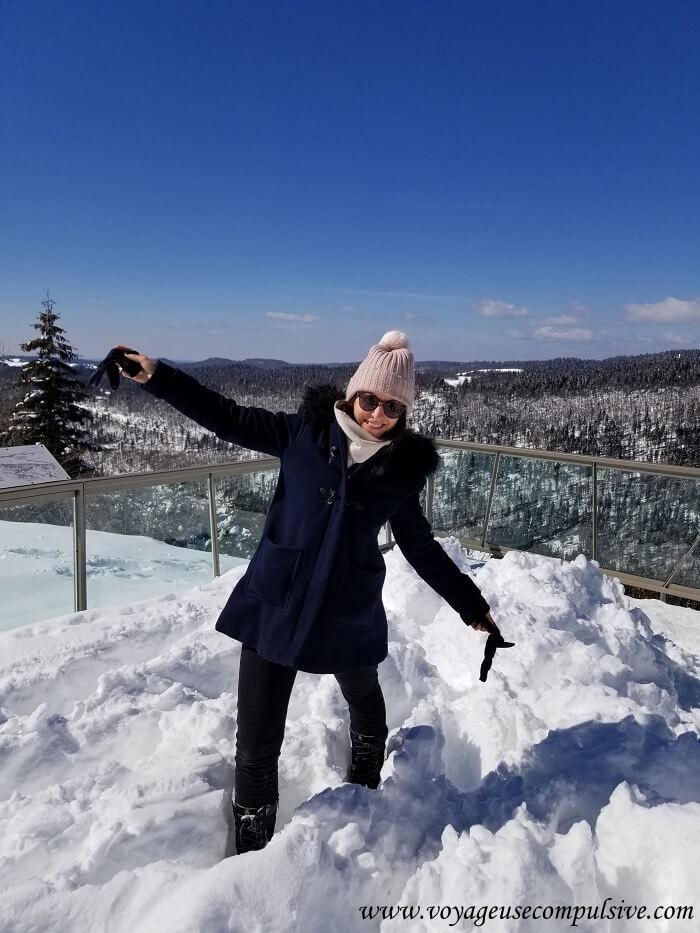 Moi, devant la vue sur la vallée, les pied dans la neige, depuis la station du col de la Faucille.