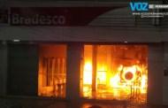 Veículo invade agência bancária e provoca incêndio em Carpina