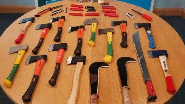 Polícia apreende dezenas de armas em velório tenso - Voz do Bico