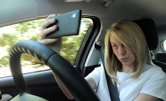 https://i2.wp.com/www.vrdriversim.com.au/wp-content/uploads/2017/02/Distracted_Driver-Female_6.jpg?w=1040&ssl=1