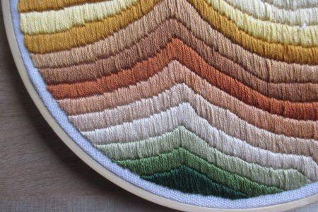 Creatieve hobby's: Modern borduurwerk met golven.