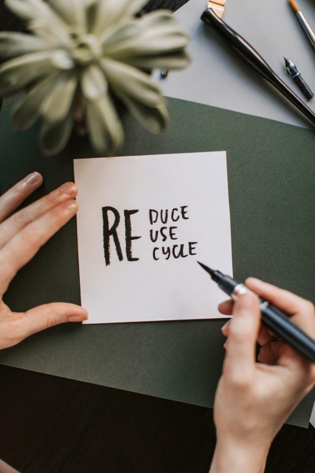 Photo Credit: https://www.pexels.com/photo/photo-of-person-holding-pen-4668363/  Goed recyclen