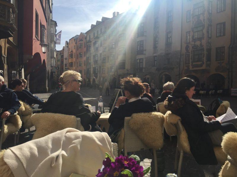 Een zonnig terras in het centrum van Salzburg