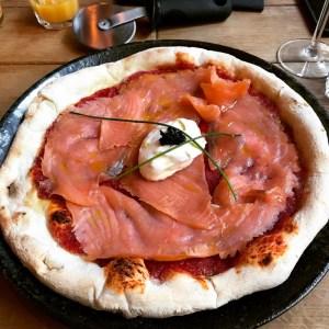 Pizza met zalm, creme fraiche en kaviaar bij Barbaro Gent