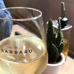 Wijnglas met tekst 'Rough & Real' van restaurant Barbaro in Gent