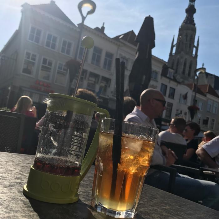Fresh brew ice tea bij Doppio Espresso op de grote markt in Breda
