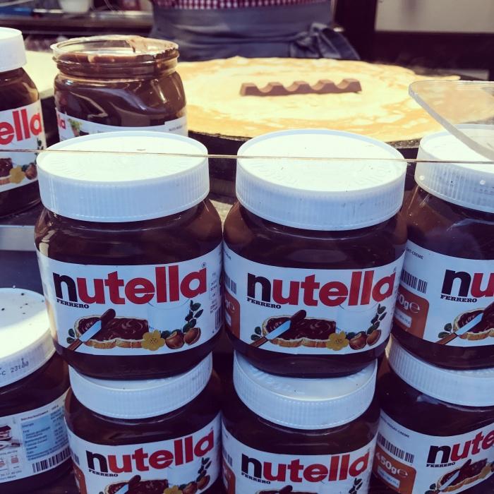 Crepe met Nutella en reepjes Kinder chocolade op de duitse kermis