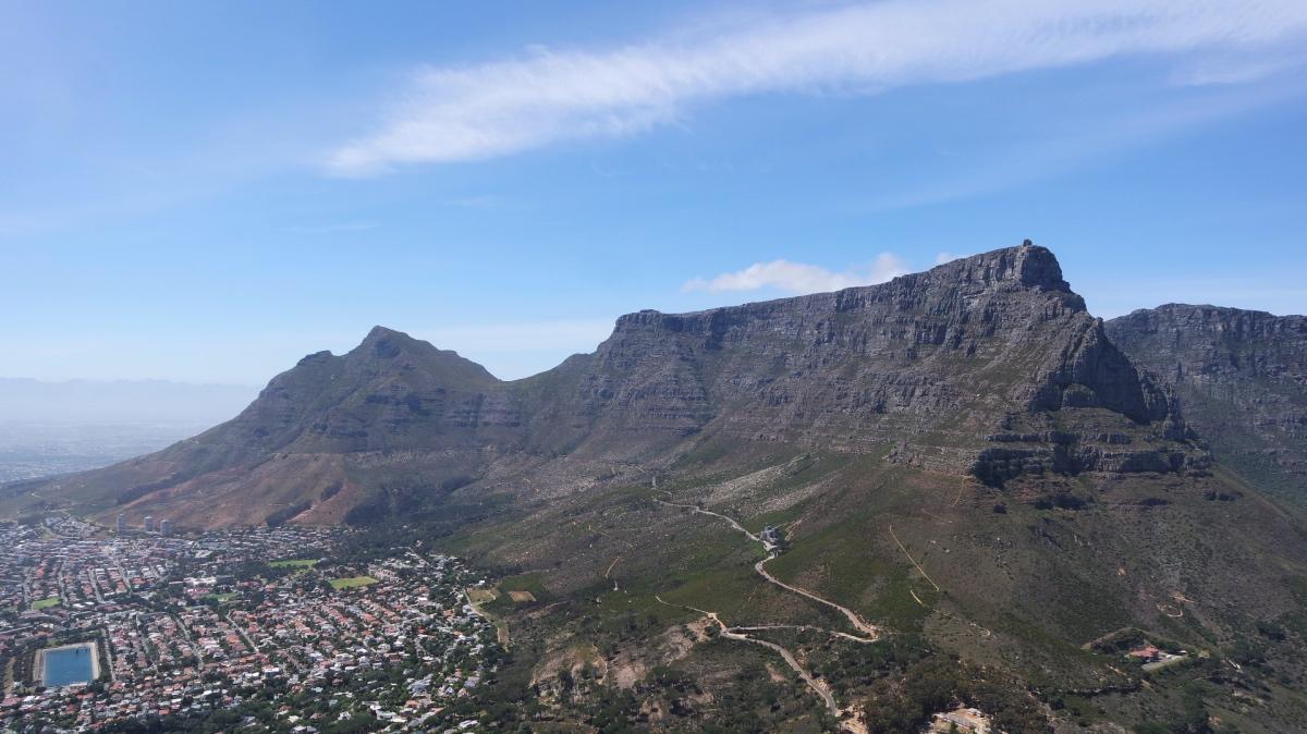 Uitzicht op de Tafelberg vanaf Lion's Head in Kaapstad, Zuid Afrika