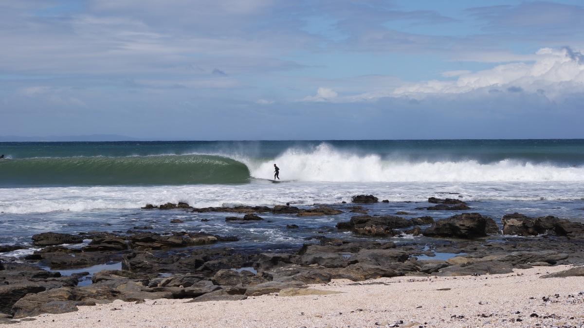 Surfers kijken in Jeffrey's Bay, Zuid-Afrika. Een van 's werelds bekendste surfsports