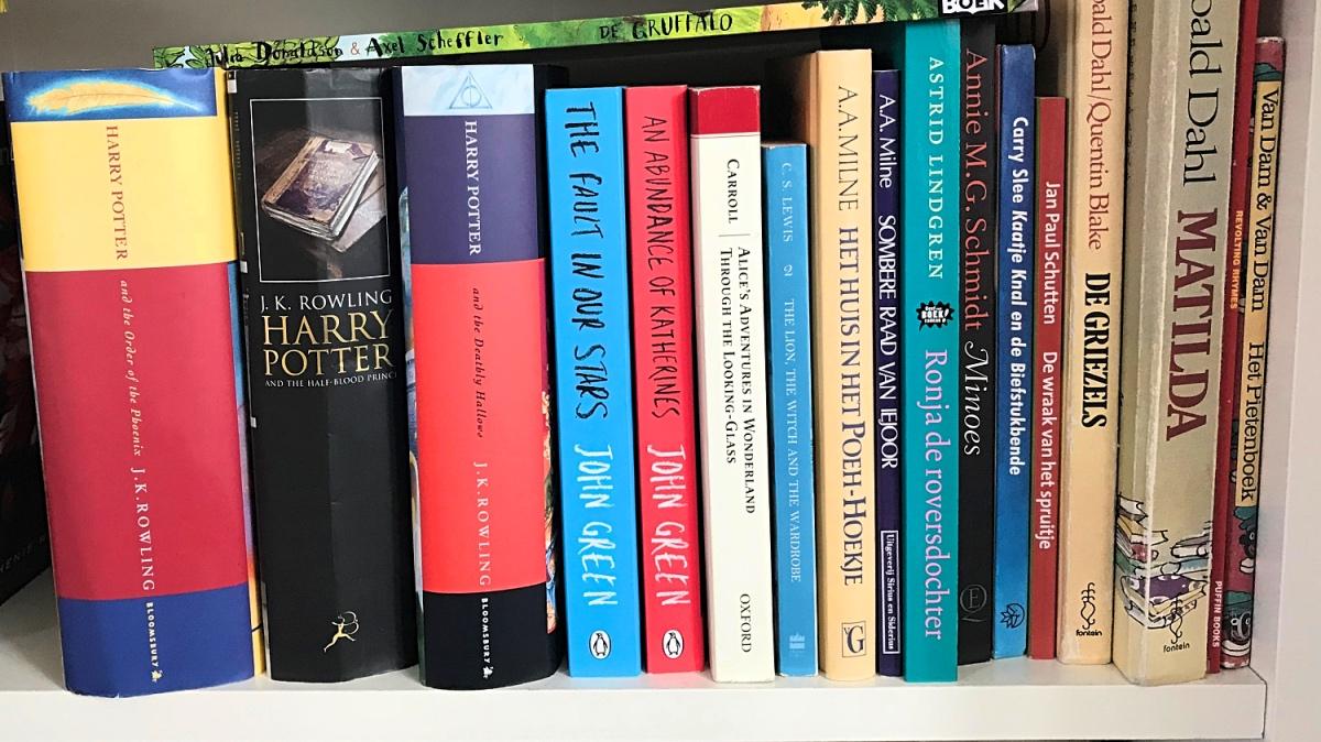 kinderboeken op de plank in de boekenkast