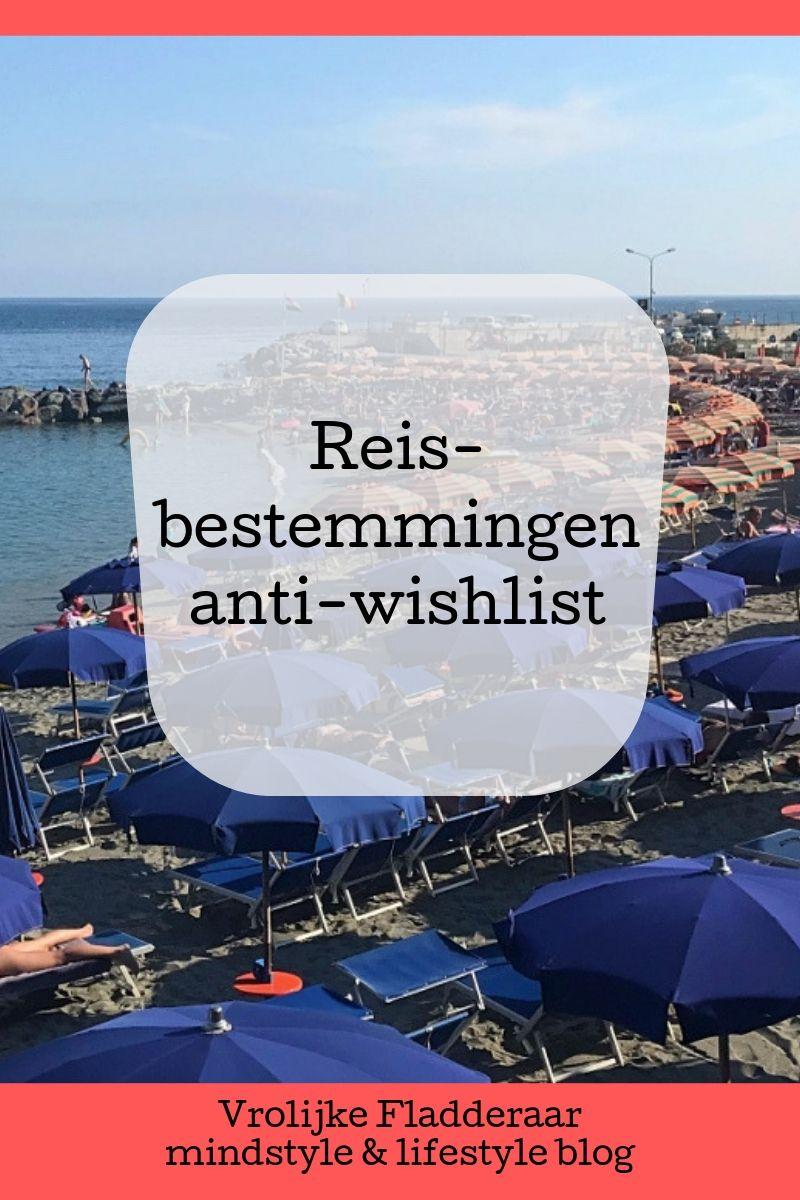 strand vol met dezelfde parasols (massatoerisme) met daaroverheen de tekst 'reisbestemmingen anti-wishlist'