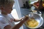 Филипп взбивает яйца