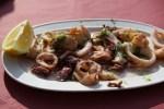 Отварные кальмары с петрушкой и чесноком