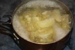 Картофель варится в подсоленной воде
