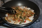 Перемешиваем овощи с  рисовыми макаронами