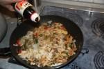 Овощи со свининой и рисовыми макаронами