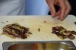 Оливки Патрик Анриру нарезает продолговатыми дольками